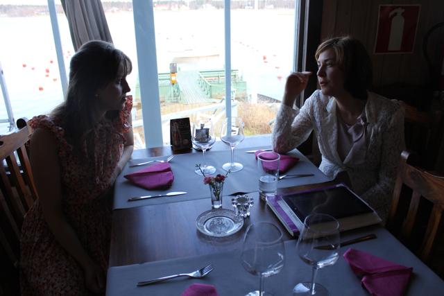 m och A samtalar vid bordet.jpg