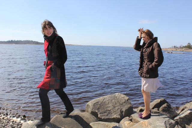 Madde och Aleksandra på strandstenar (kopia).jpg